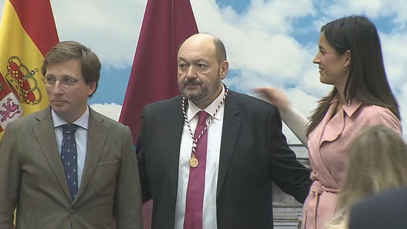 Constantino Mediavilla recibe la medalla de Cronista de la Villa