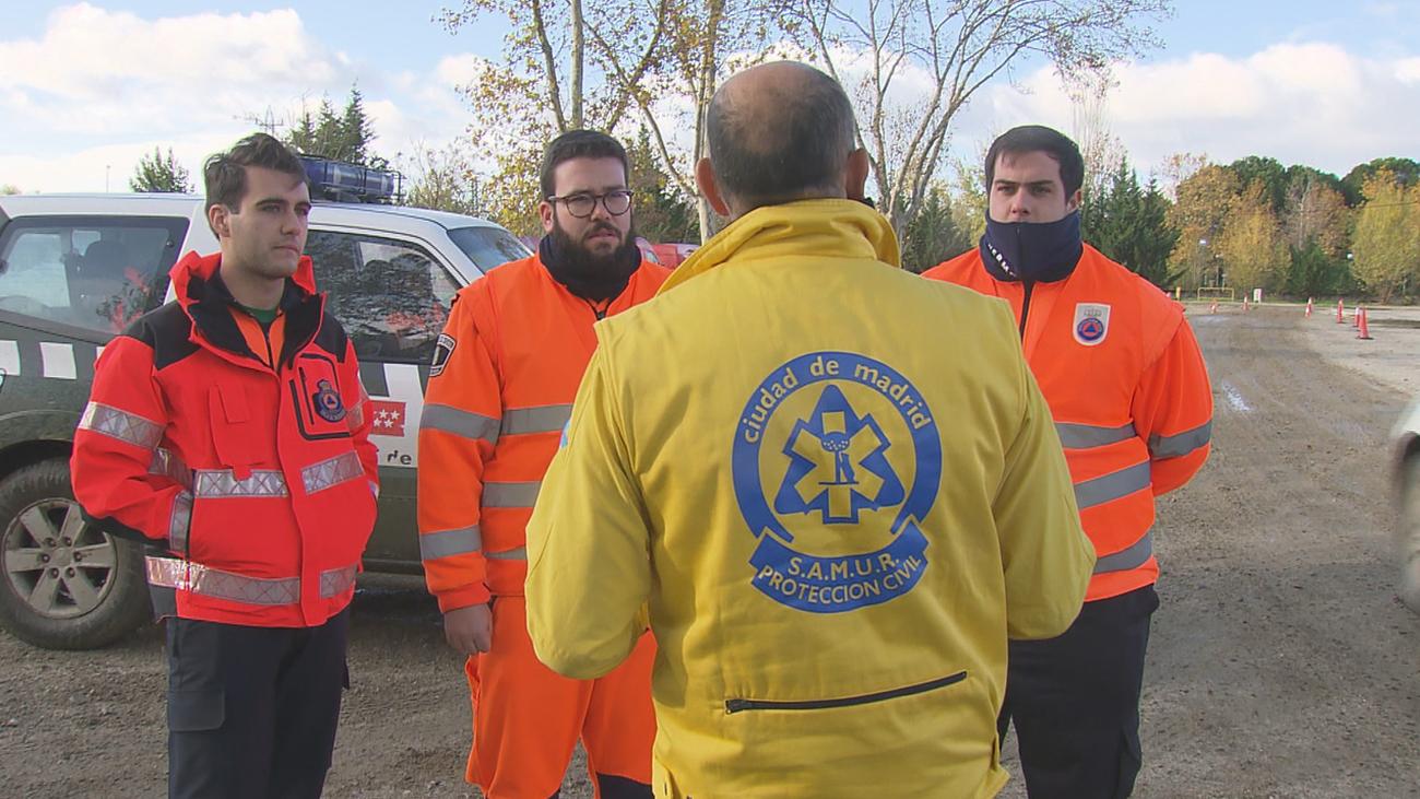 Los voluntarios de protección civil se preparan para una emergencia