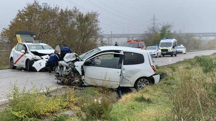 Cuatro heridos en un choque frontal de un coche y un taxi en la carretera de Vicálvaro
