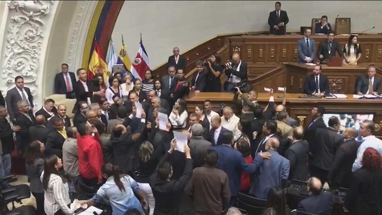 La intervención de diputados del PP en la Asamblea venezolana acaba en trifulca