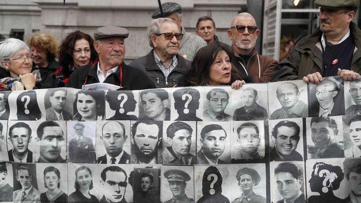 Investigarán la retirada de las placas de las víctimas del franquismo de La Almudena