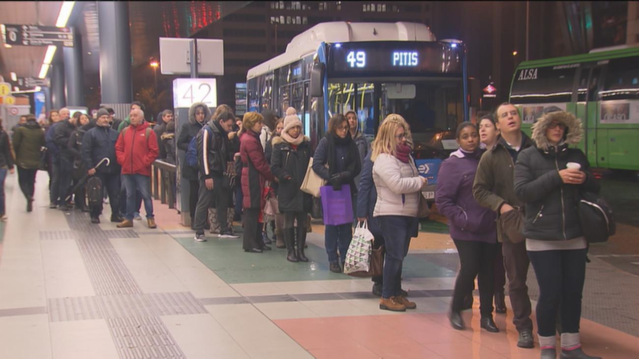 Tercera jornada de paros parciales en la EMT con largas colas y quejas de viajeros