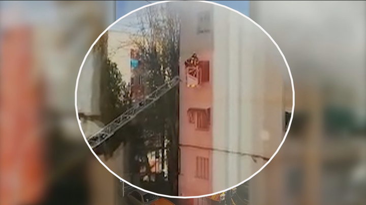 Los Bomberos rescatan a una mujer del incendio de su casa en Hortaleza