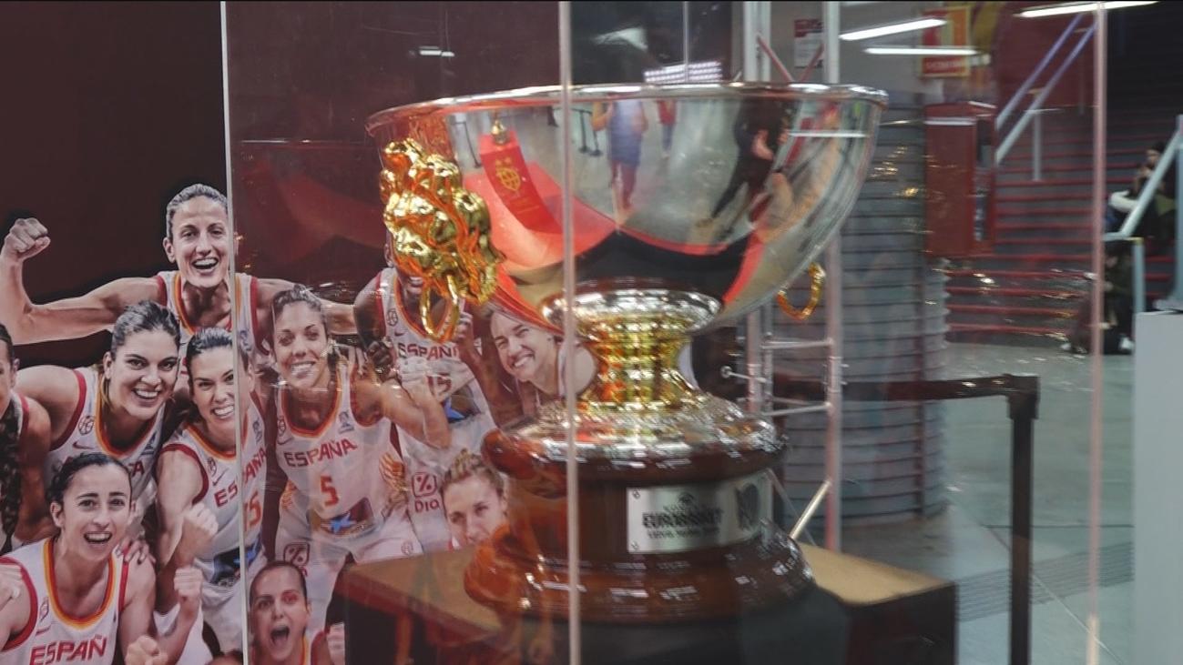Las copas obtenidas por nuestros equipos de la selección de baloncesto, expuestas en Atocha