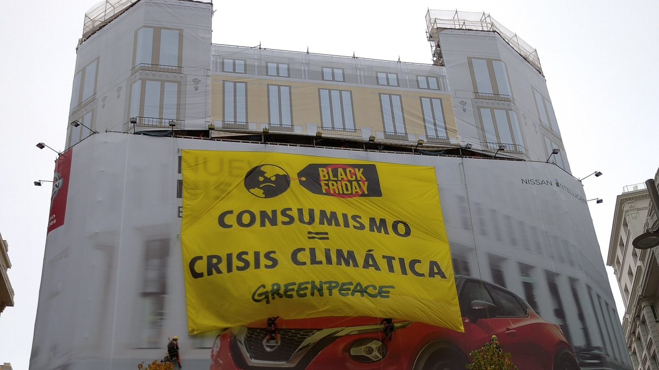 Acción de Greenpeace en plena Gran Vía contra el Black Friday