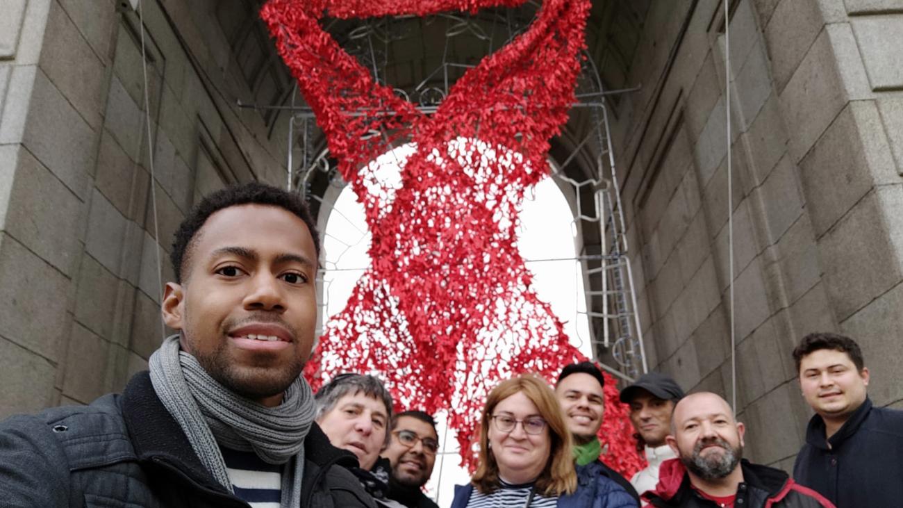 Despliegan el lazo rojo en la Puerta de Alcalá por el Día Mundial de la Lucha contra el Sida