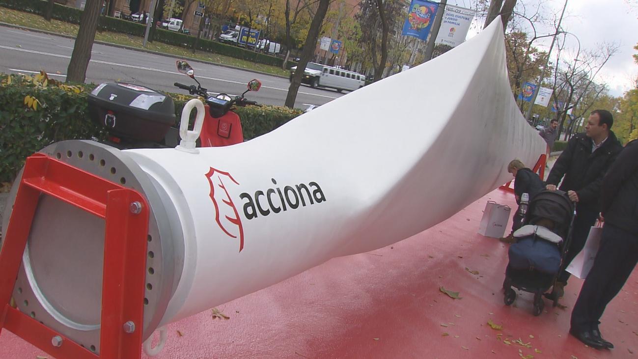 La pala de un aerogenerador se expone en la Castellana por la COP25