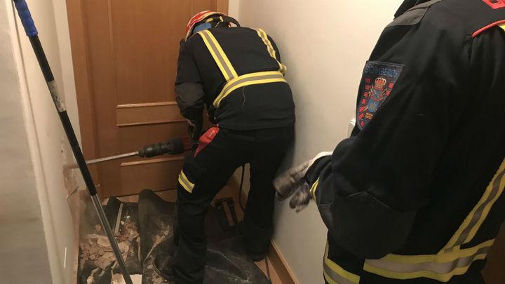 Los Bomberos de Leganés rescatan un gato que cayó por una chimenea