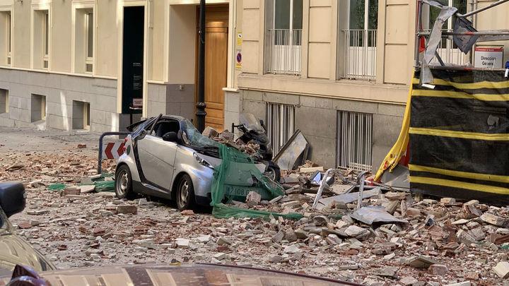 Cae una cornisa de un edificio en Chamberí que destroza varios coches