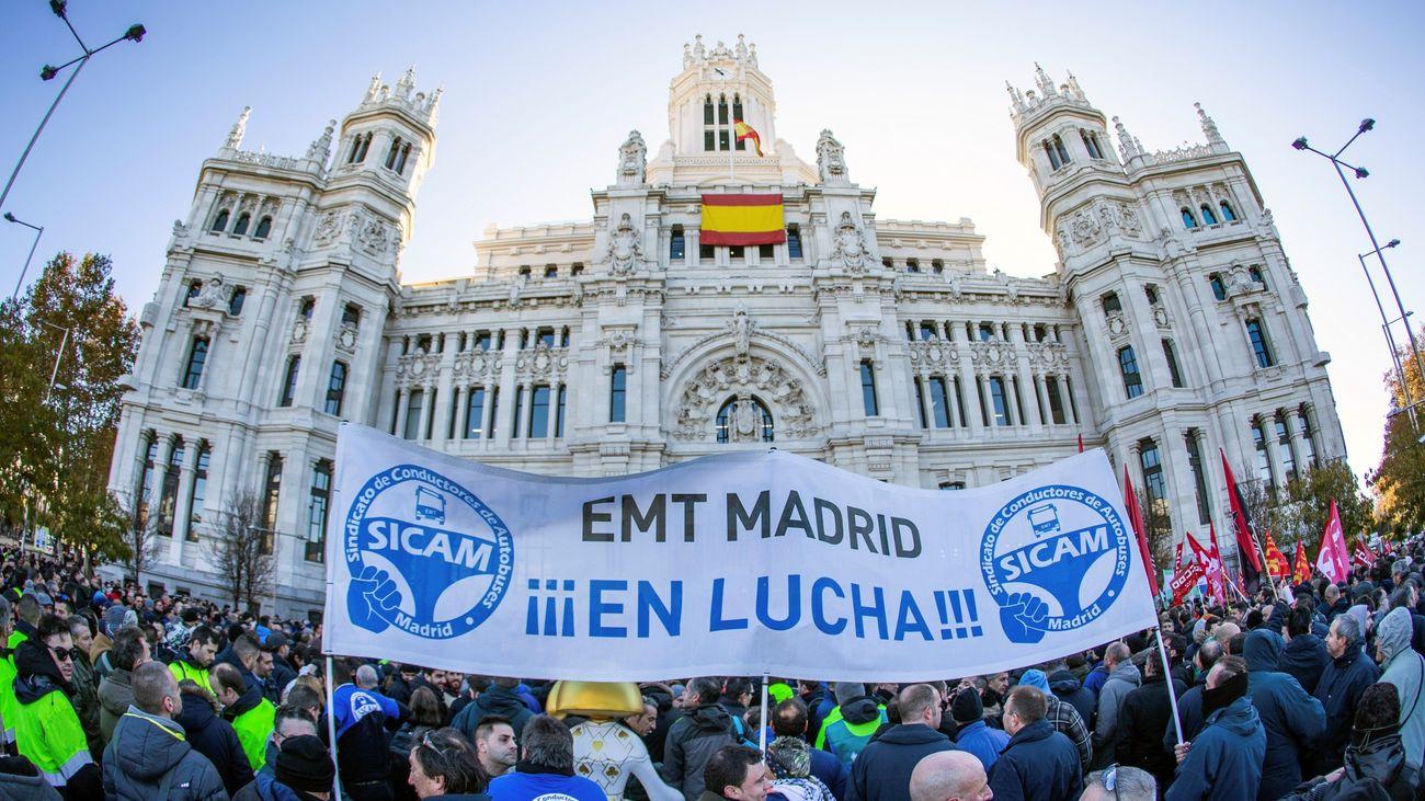 Trabajadores de la EMT, en una protesta ante el Ayuntamiento de Madrid