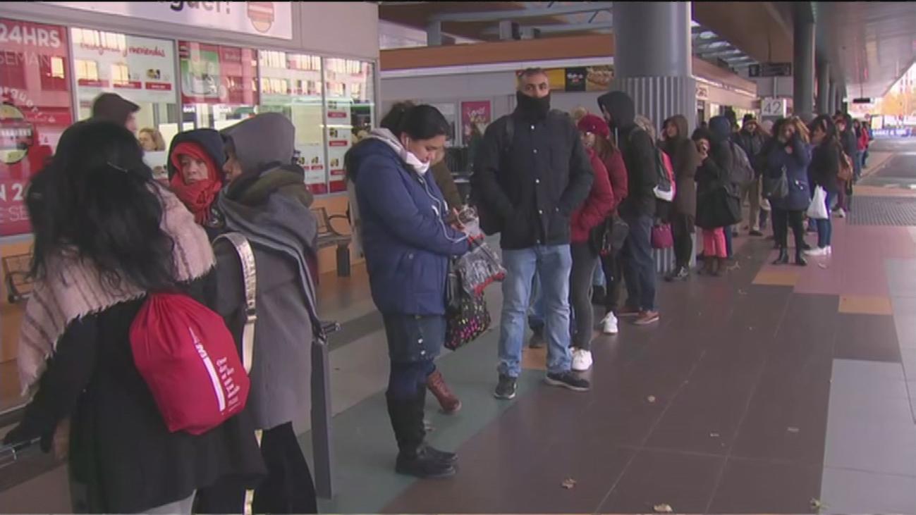 Colas de viajeros de hasta dos horas por la huelga en la EMT en Madrid
