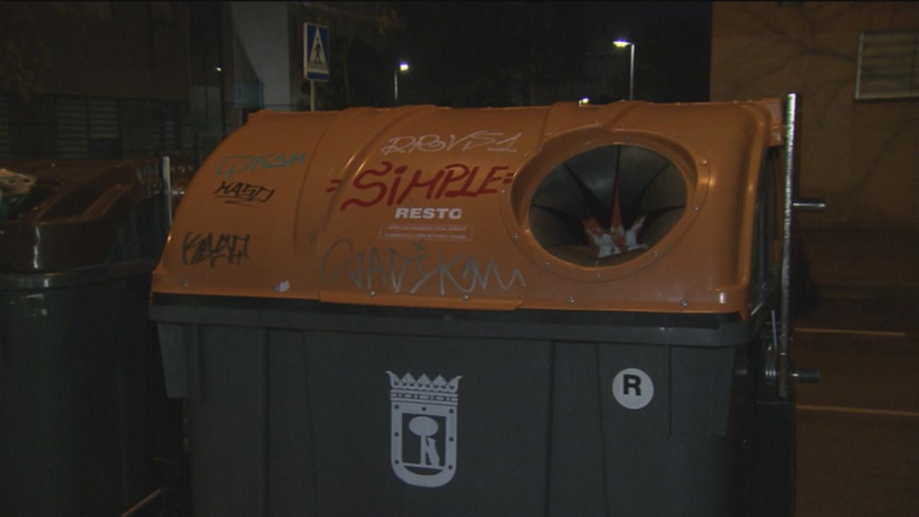 Un anciano muere dentro de un contenedor en Vicálvaro al comprobar si había reciclado correctamente