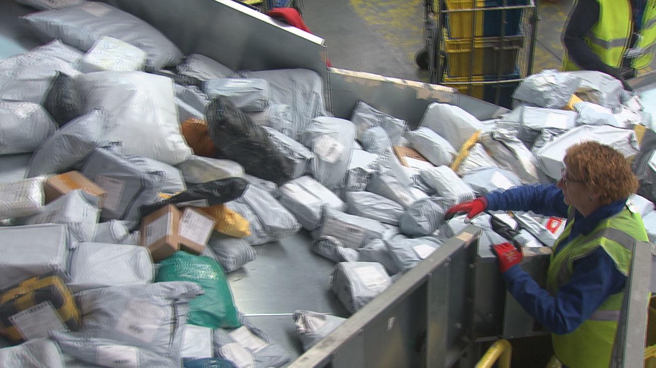 Más de 700 paquetes se retienen a diario en las aduanas de Barajas