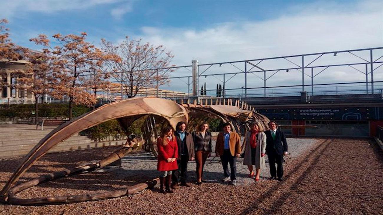 Instalan en Madrid un enorme esqueleto de ballena azul hecho de materiales reciclados