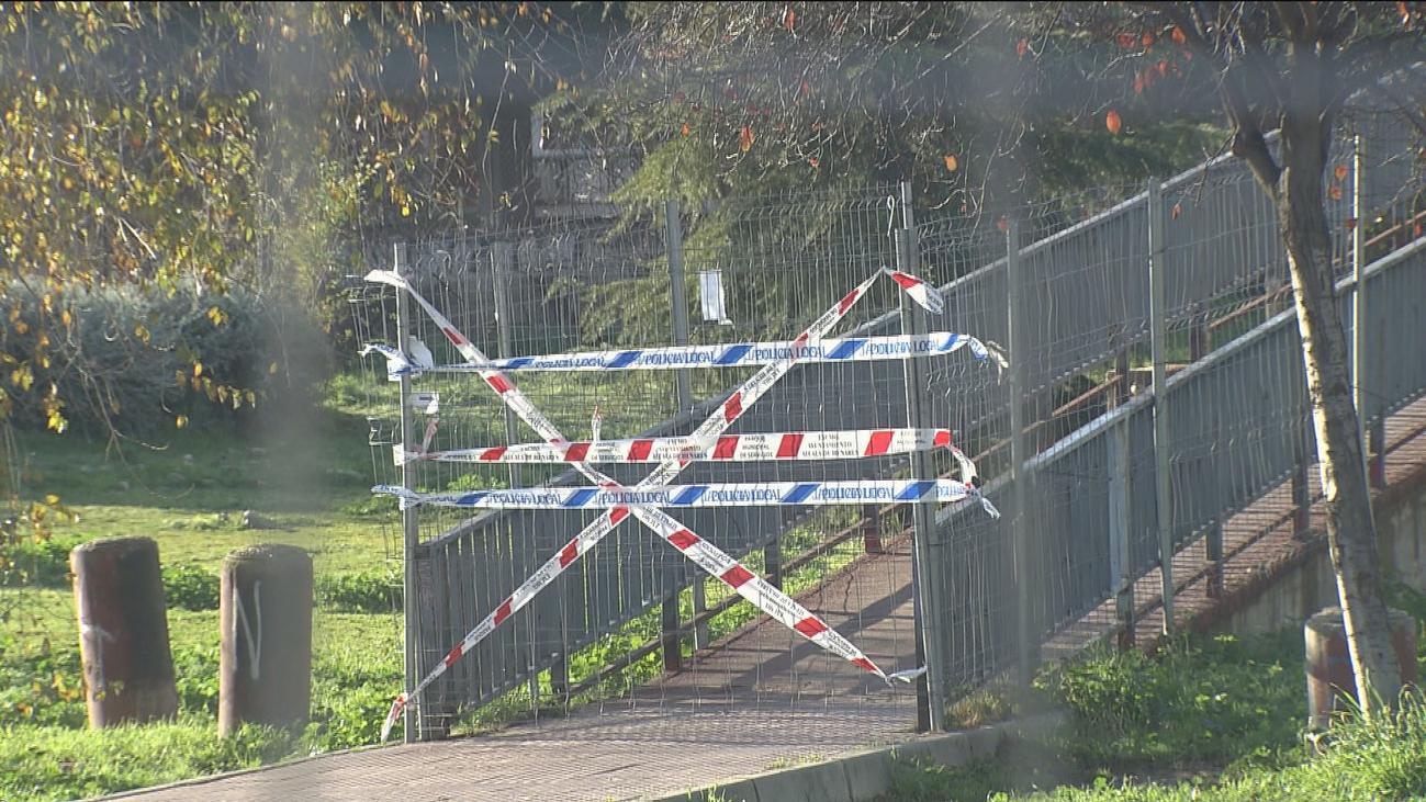 El Ayuntamiento de Alcalá de Henares cierra el paso en una pasarela peatonal por seguridad
