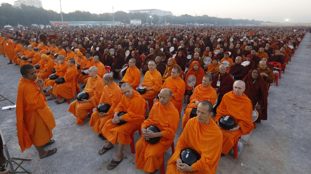 """Unos 30.000 monjes reciben donaciones tras la """"Cuaresma budista"""" en Birmania"""
