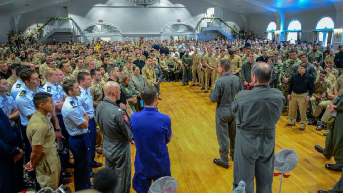 Un teniente se reúne con los miembros de la base para brindarles información
