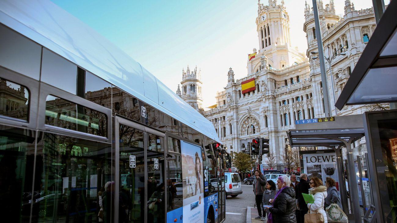 Un autobús de la EMT, ante el Ayuntamiento de Madrid