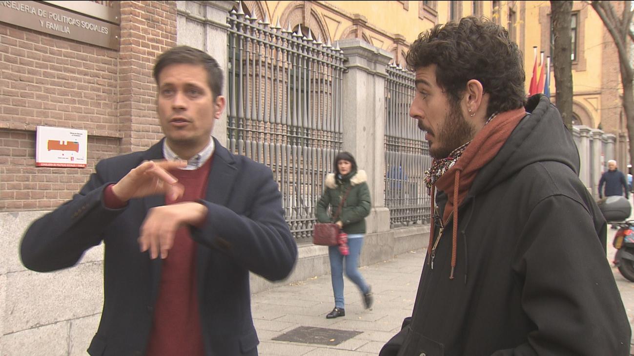 Intérpretes en lengua de signos y sus asesores sordos buscan una solución a su huelga en Madrid