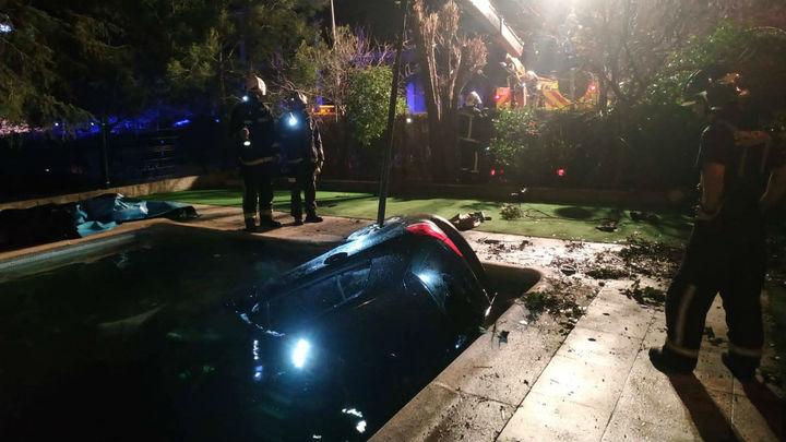 'Aparca' el coche en el fondo de una piscina de una guardería en Las Rozas