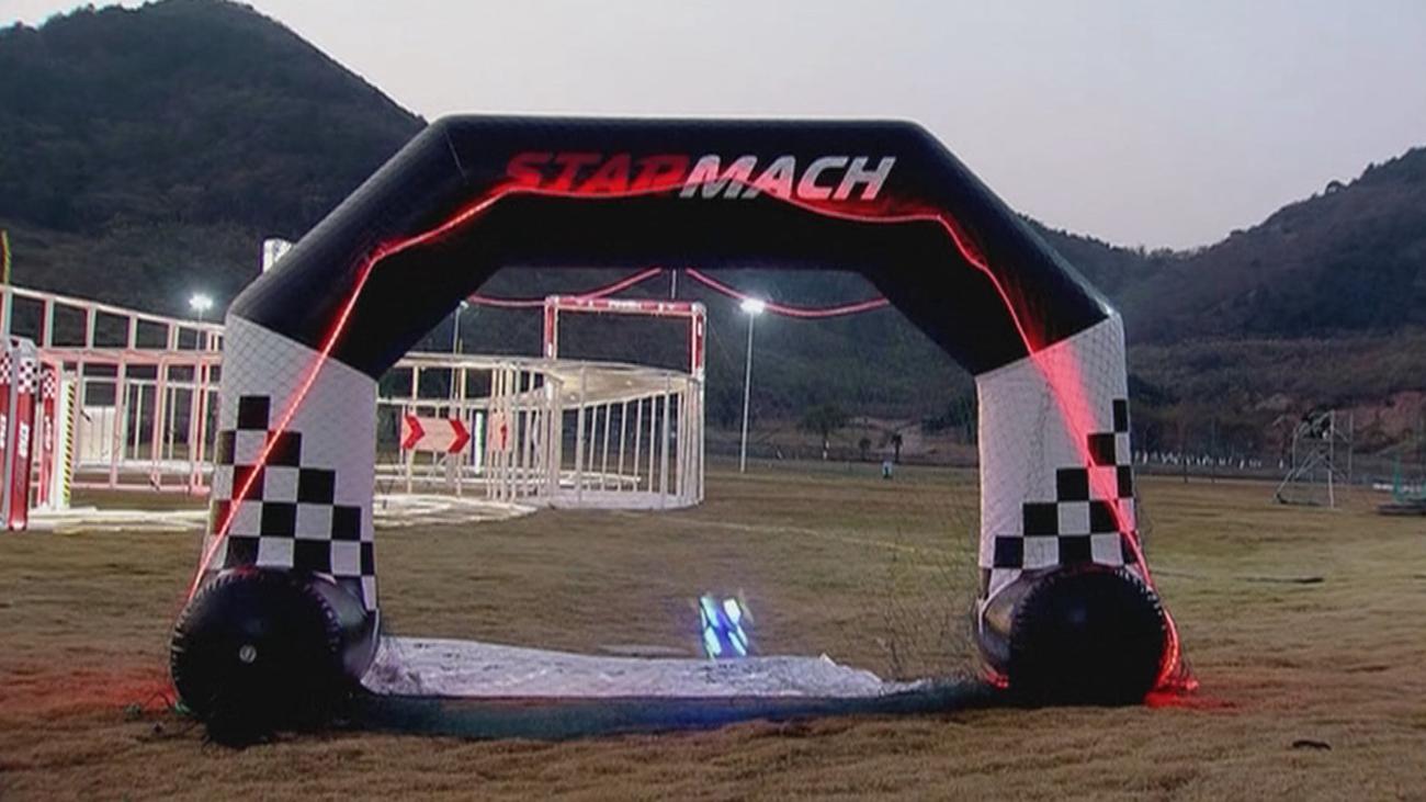 Carreras y acrobacias espectaculares en el campeonato mundial de drones de China