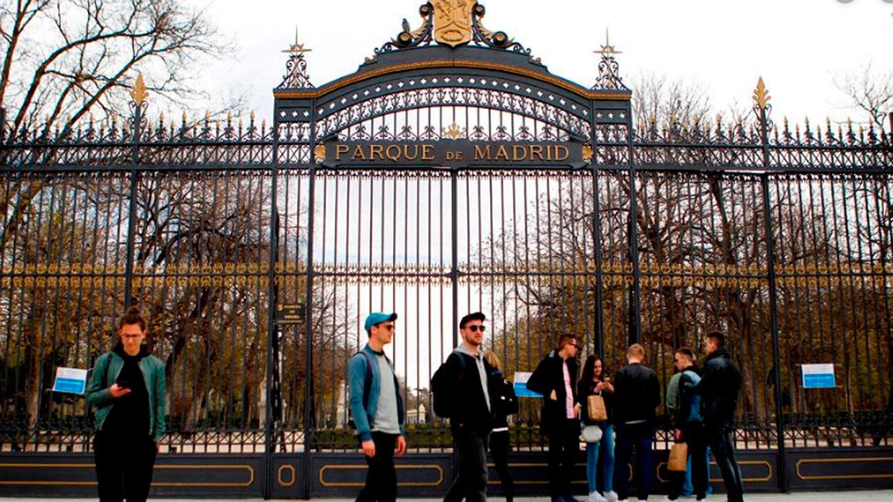Puerta cerrada en el parque del Retiro