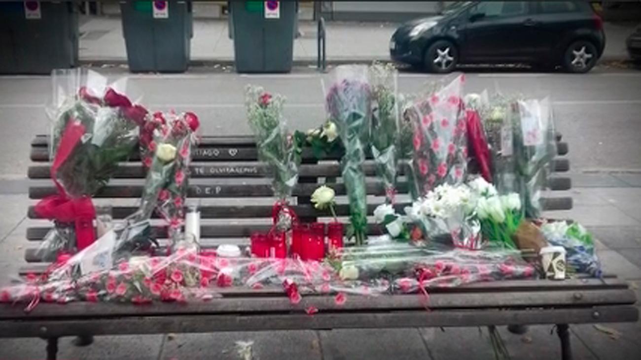 Vecinos de Aluche recuerdan a un 'sintecho' fallecido con flores y velas en el banco donde vivía
