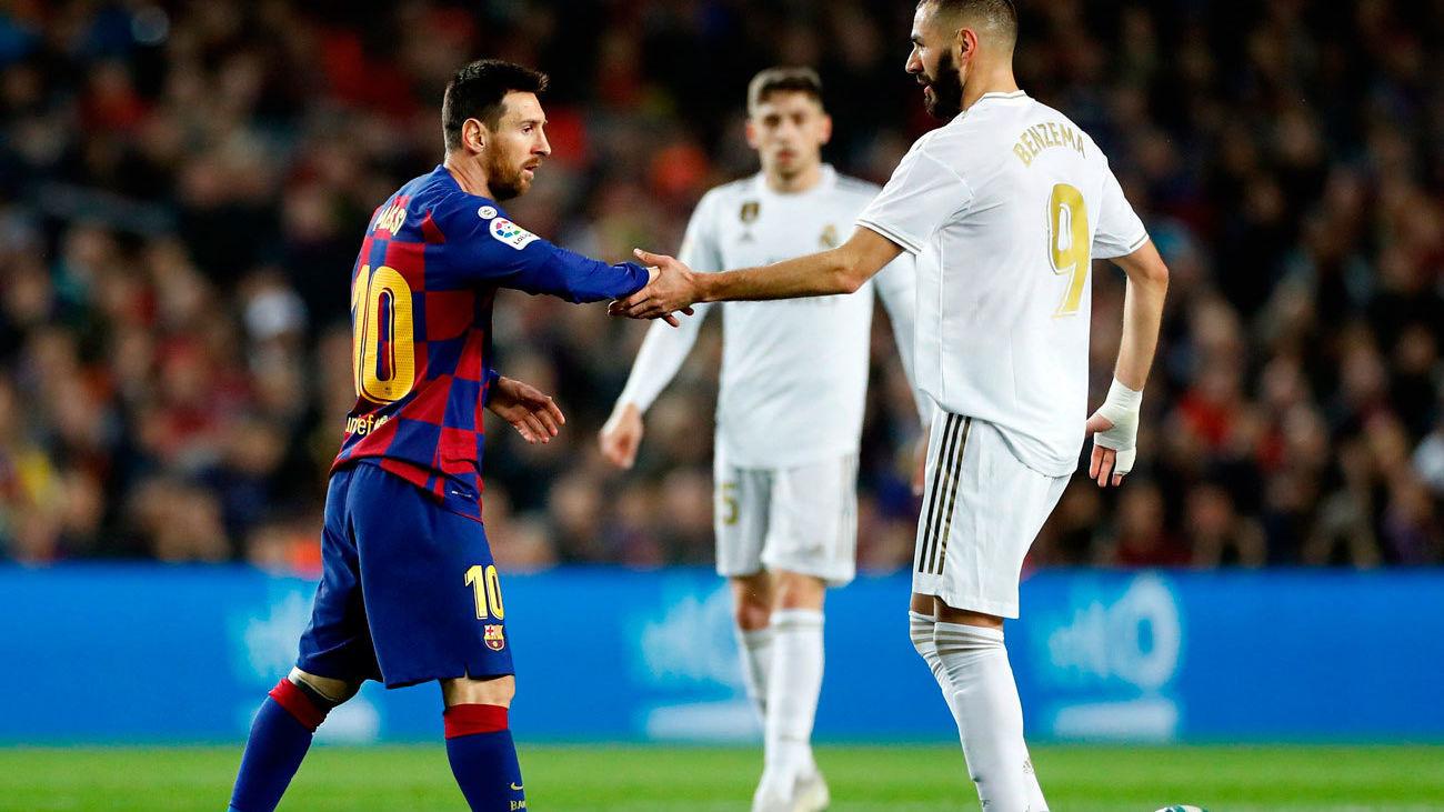 Messi y Benzemá se saludan momentos antes del pitido inicial en El Clásico