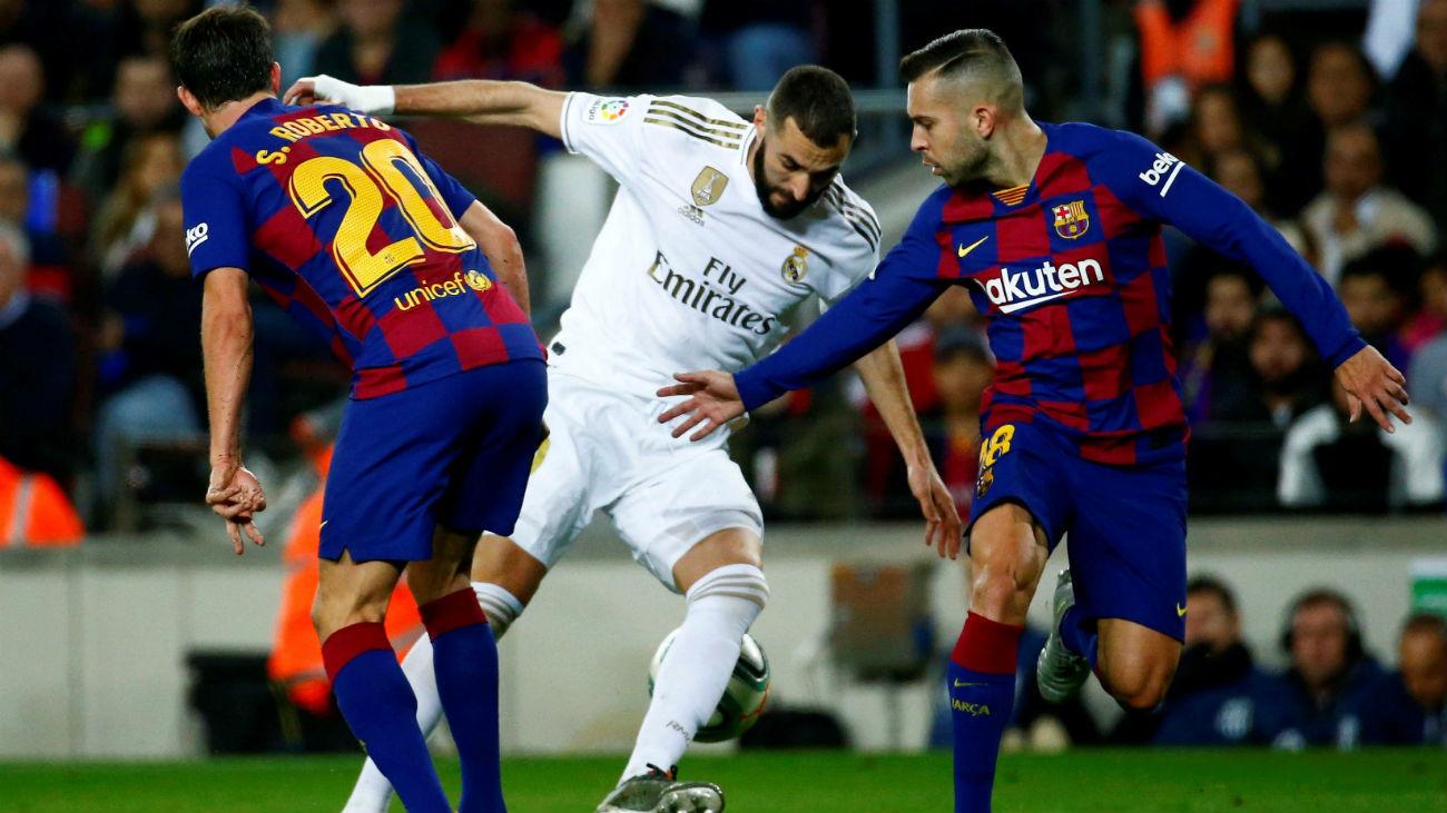 Benzema ante Jordi Alba y Sergi Roberto