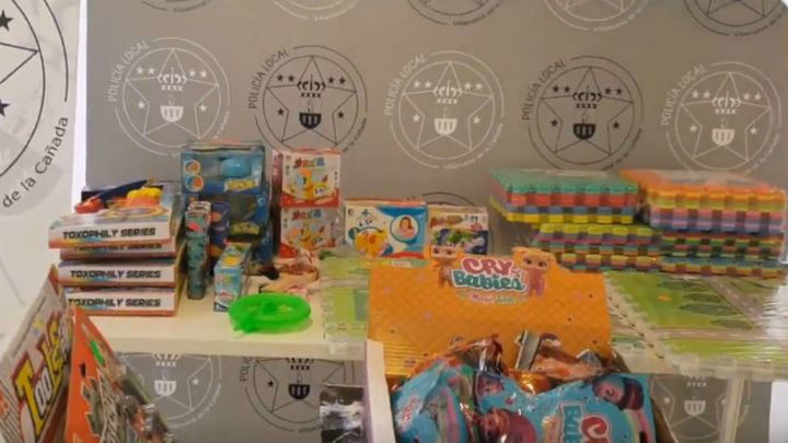 La Policía de Villanueva de la Cañada retira de las tiendas centenares de juguetes