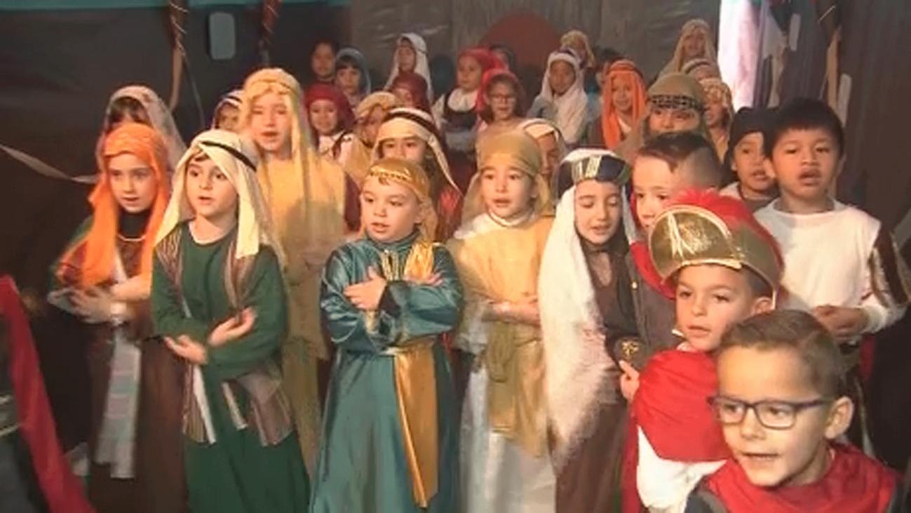 Los niños del colegio López Vicuña escenifican un gran Belén viviente