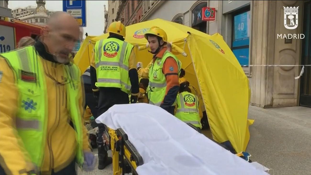 Una mujer en estado crítico al caerle cascotes desde un edificio en la calle Alcalá