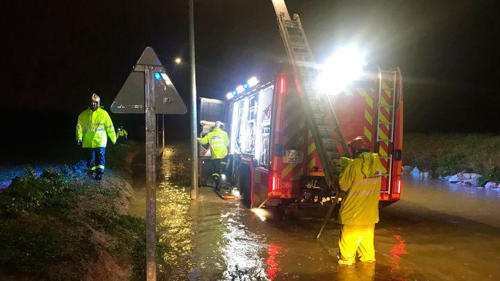 Los bomberos realizan más de 85 salidas por las fuertes lluvias y el viento