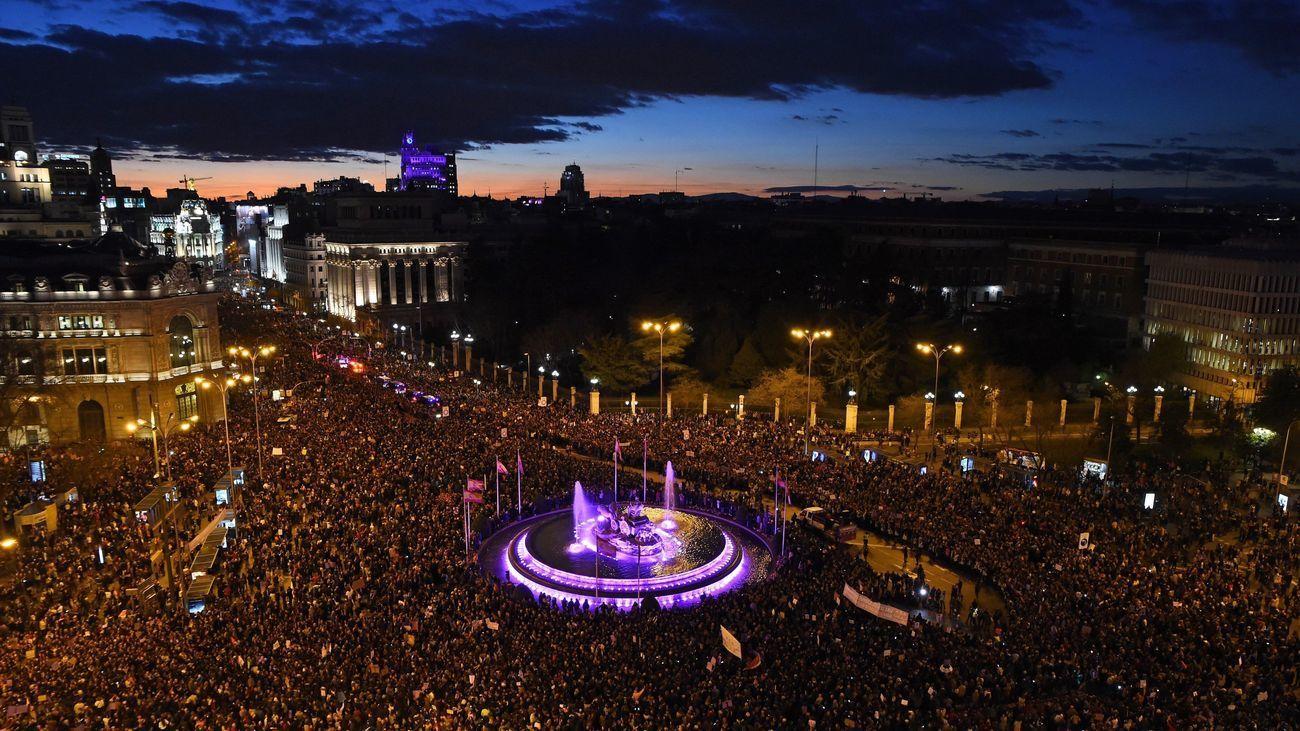 Miles de personas rodean la Cibeles en la manifestación del 8-M