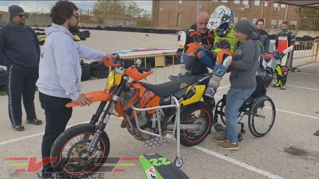 Javi vuelve a la moto a pesar de su paraplejia