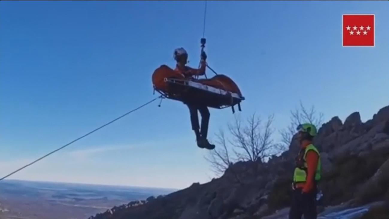 Rescatan en helicóptero a un excursionista en Manzanares El Real