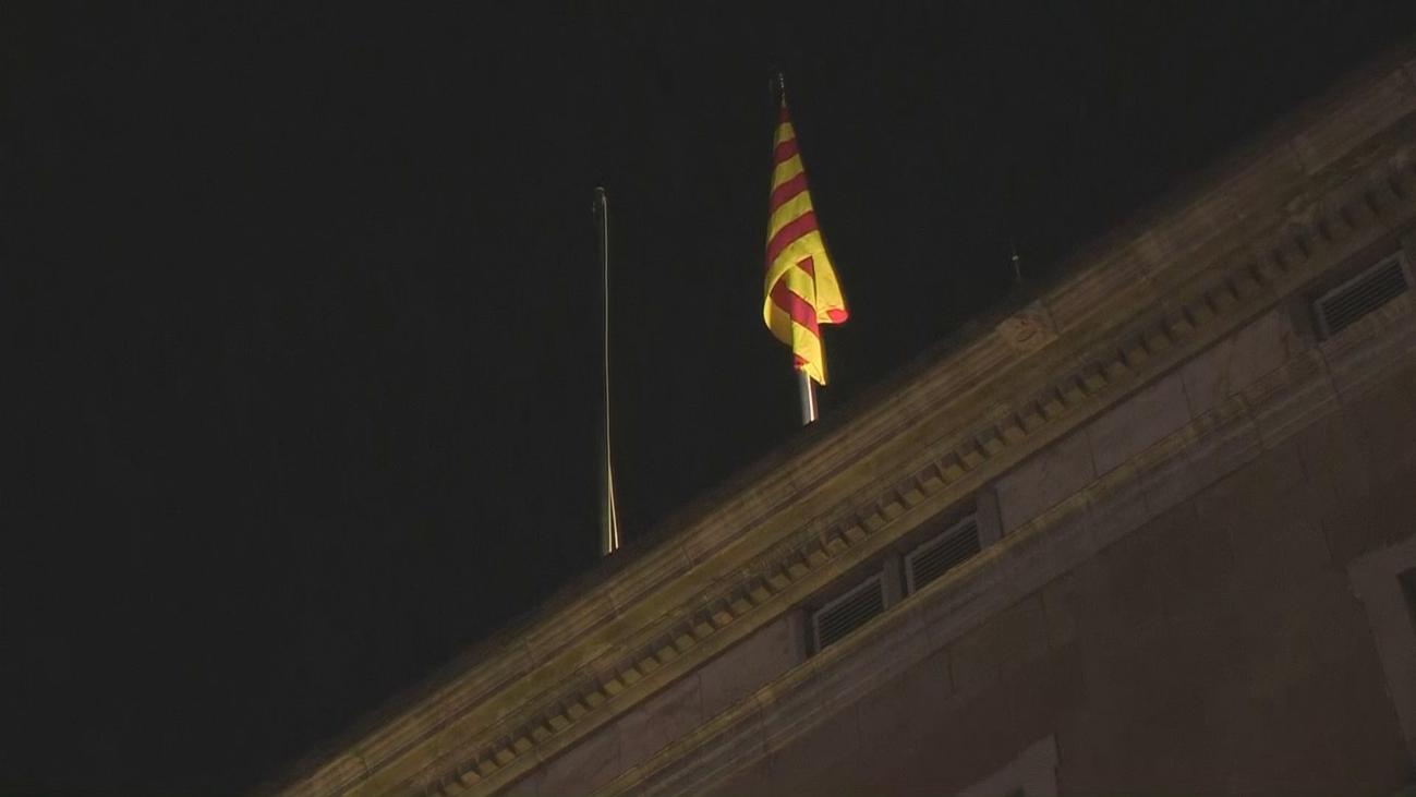 Retiran y vuelven a izar  la bandera española del Palau de la Generalitat
