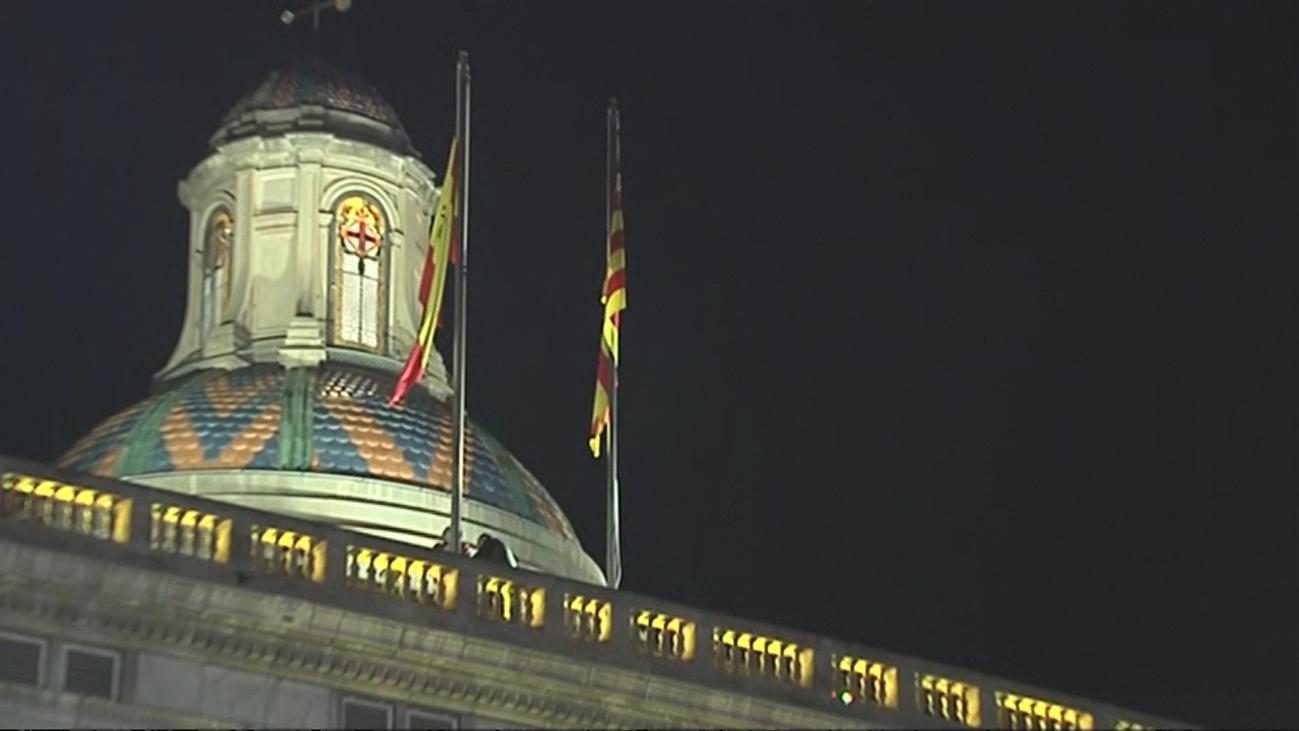 La bandera española vuelve a ondear en la Generalitat