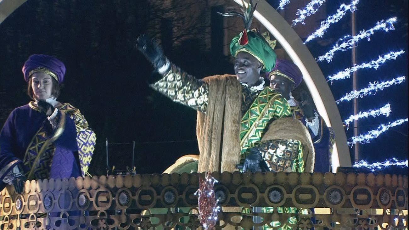 Los Reyes Magos arrancan su peregrinaje a Cibeles con 1.800 kilos de dulces