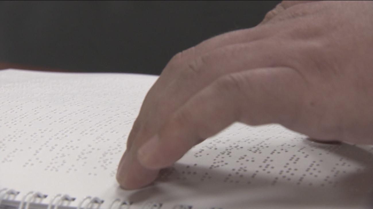 Los invidentes reivindican un mayor uso del Braille en su Día Mundial