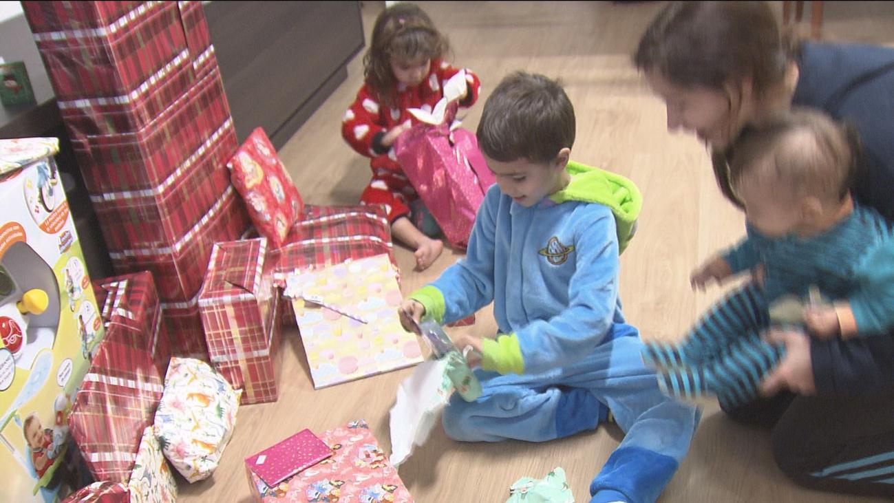Los niños madrileños madrugan para abrir los regalos tras una mágica noche de Reyes