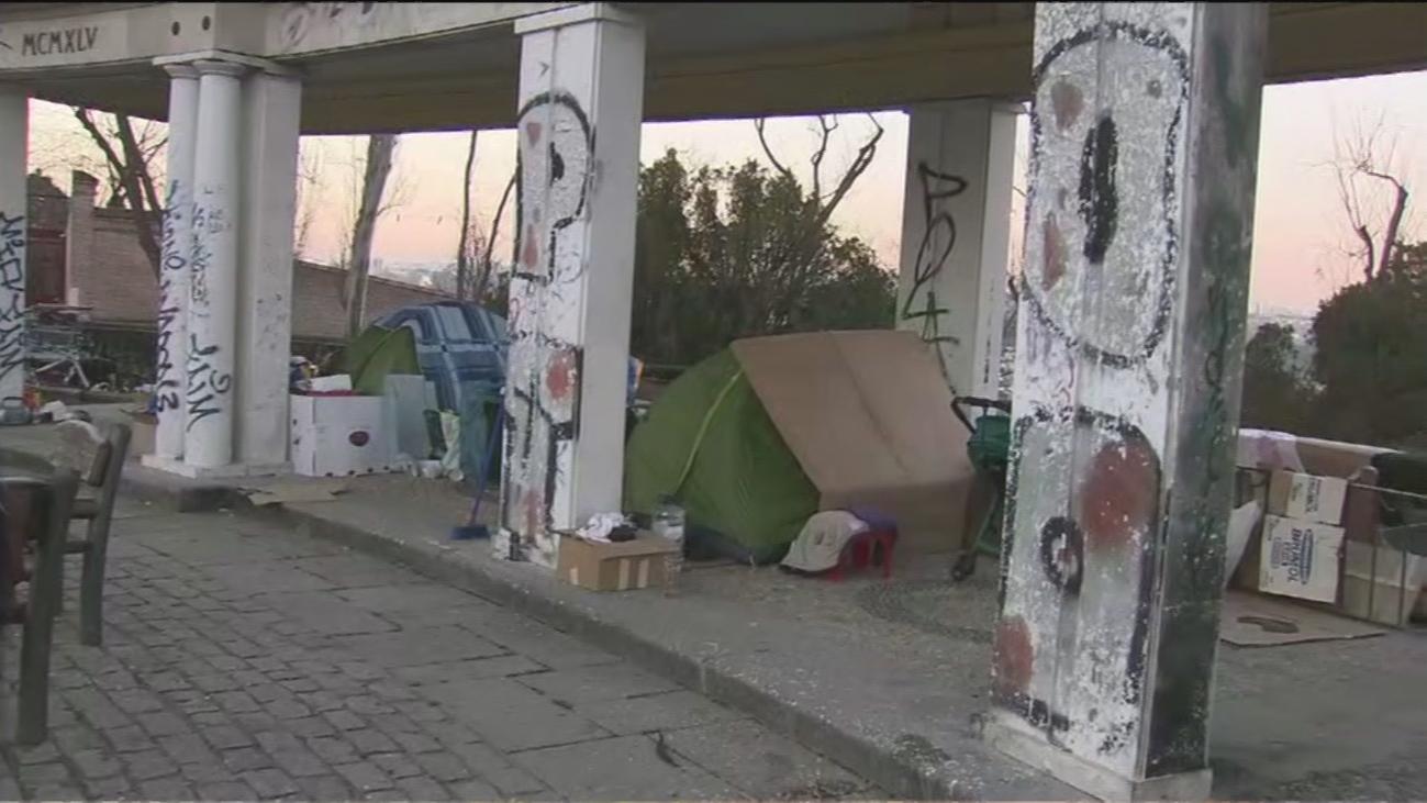Vecinos de Las Vistillas denuncian la degradación del jardín histórico, donde acampa un grupo de personas
