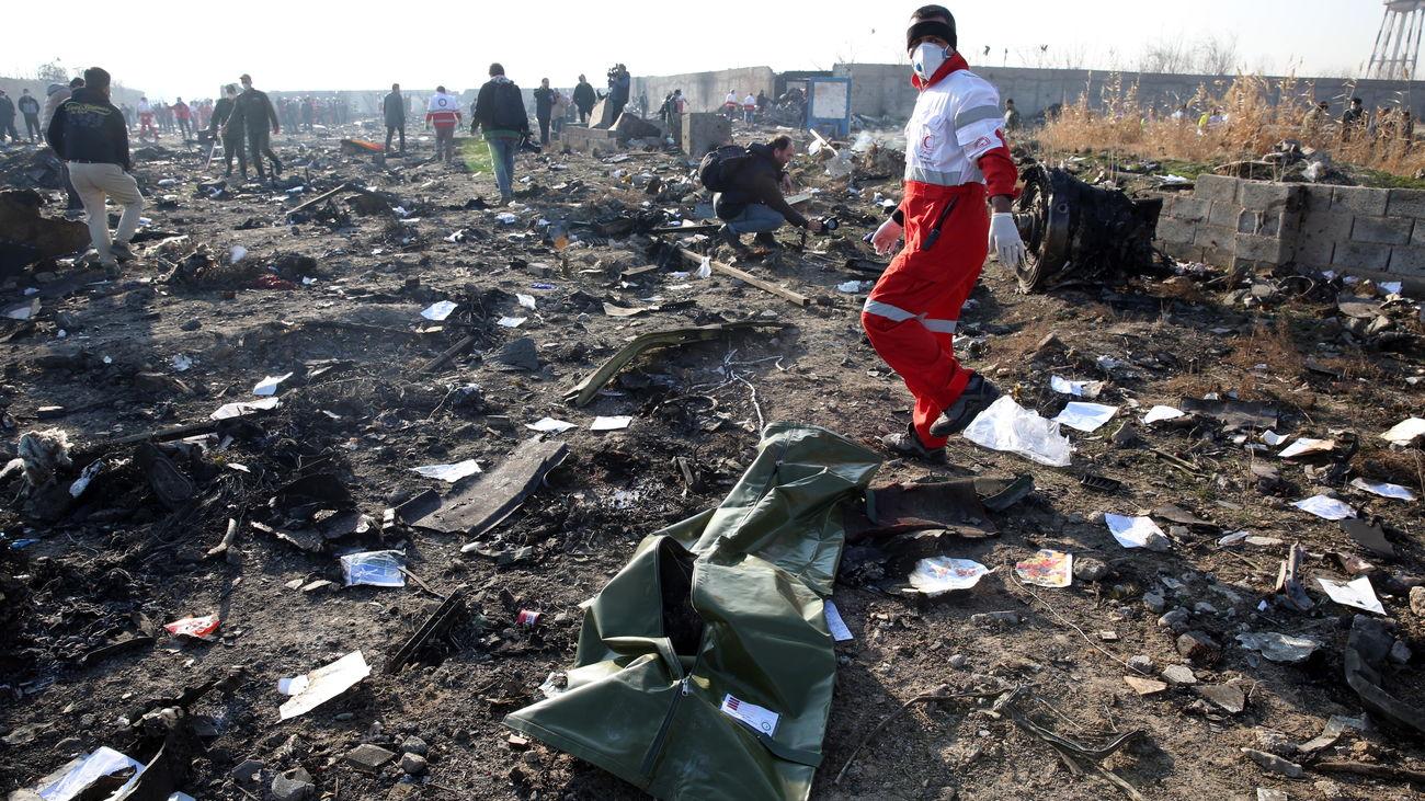 Los equipos de rescate recuperan los cuerpos de los 176 fallecidos en el accidente aéreo
