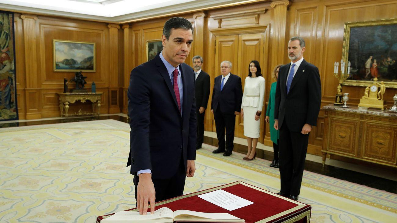 Pedro Sánchez promete su cargo ante el Rey y sobre la Constitución