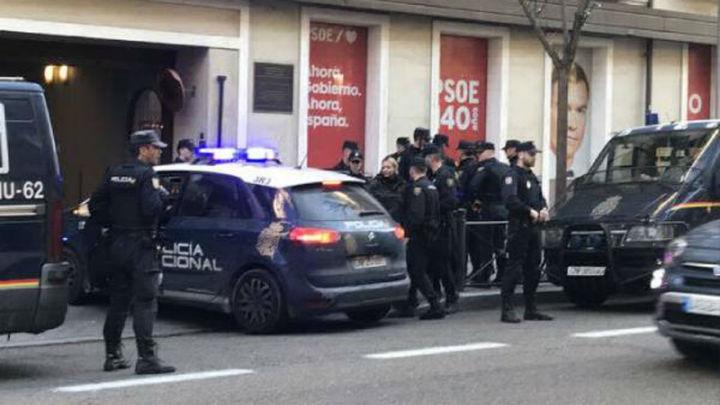 Miembros de Hogar Social hacen una sentada en la sede del PSOE en Ferraz