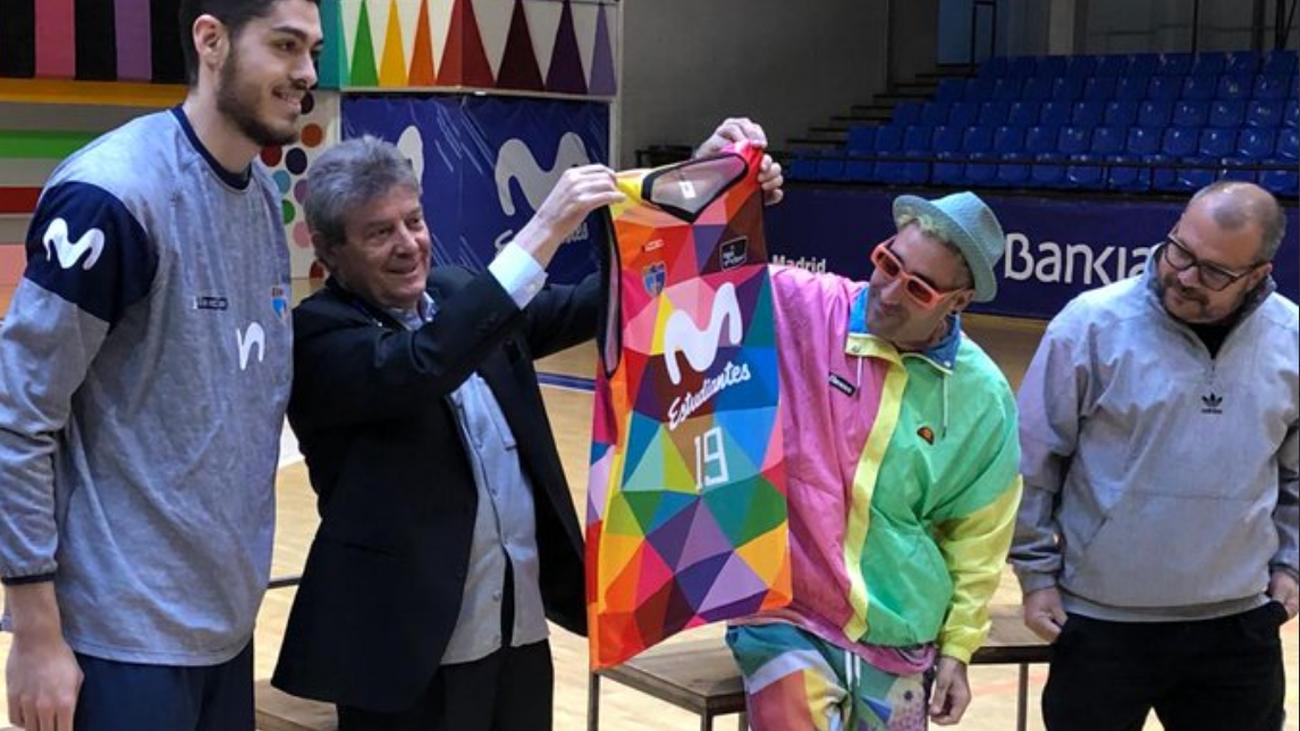 Fernando Galindo presenta la camiseta multicolor del Estudiantes