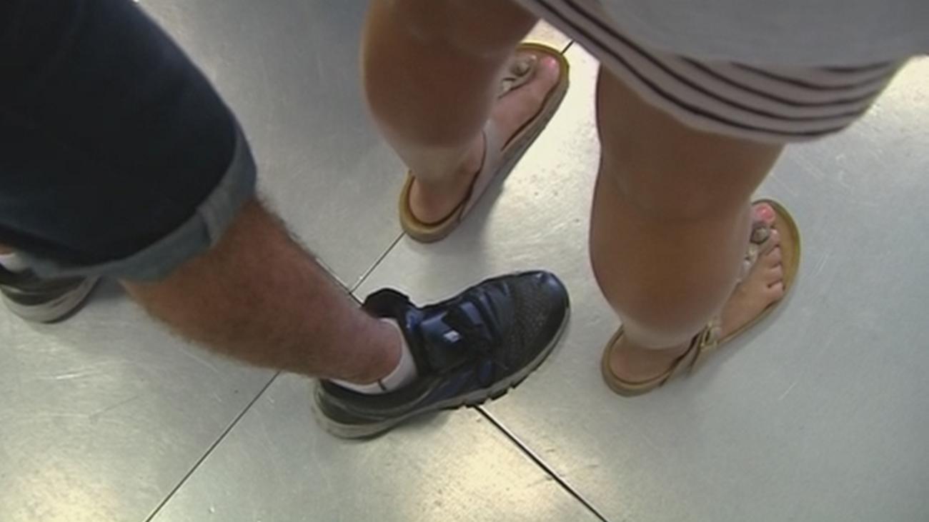 Pillado grabando bajo las faldas de las mujeres en un conocido centro comercial