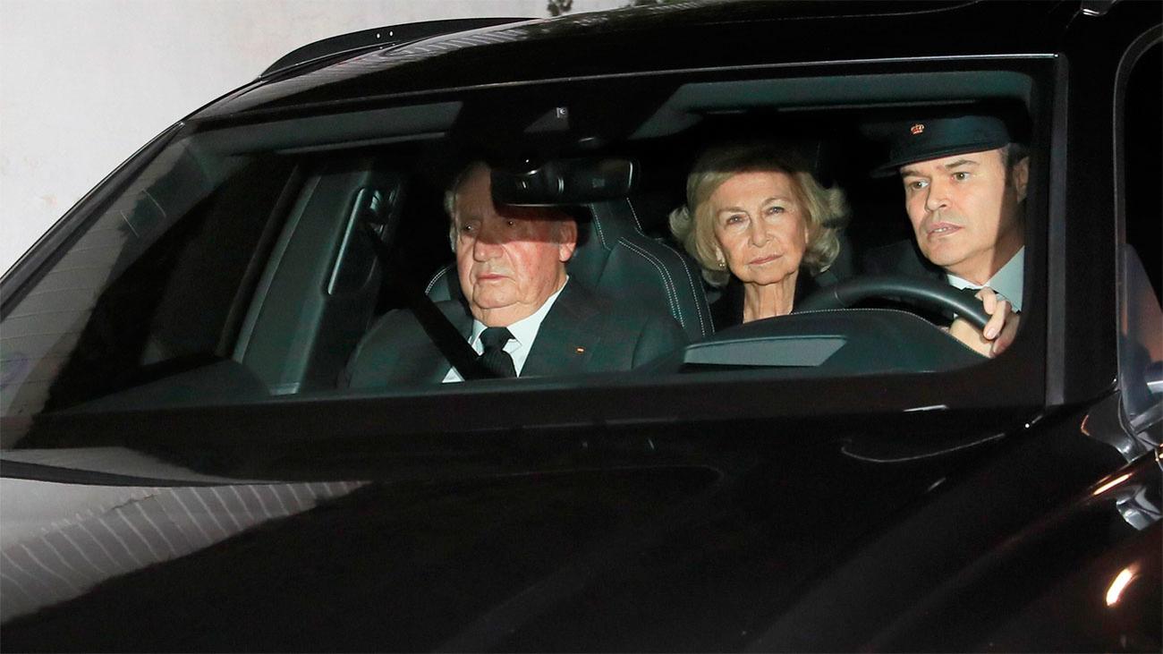 Los reyes Juan Carlos y Sofía acuden a la capilla ardiente de Pilar de Borbón con sus hijas