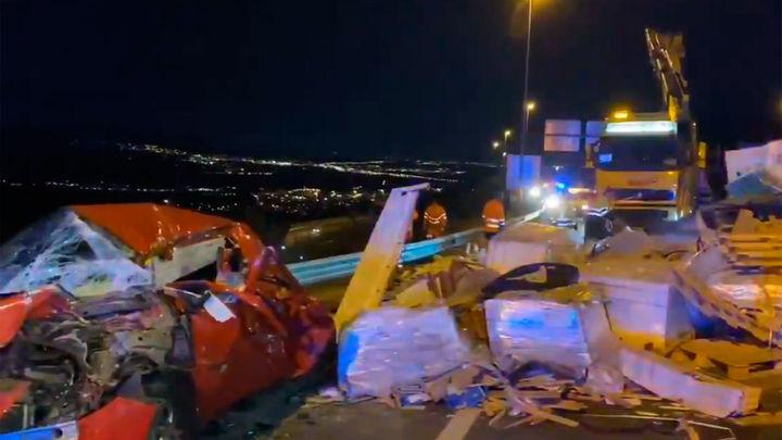 Tres heridos al caer sobre sus coches la carga de un tráiler en la AP-6 en Guadarrama