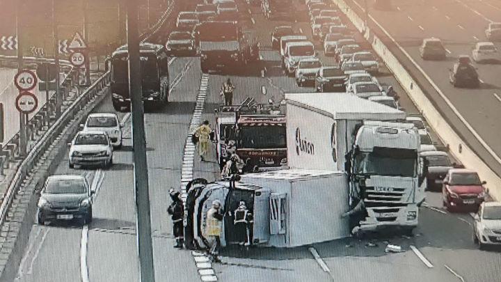 Kilómetros de atascos en la A-2 tras un choque entre dos camiones
